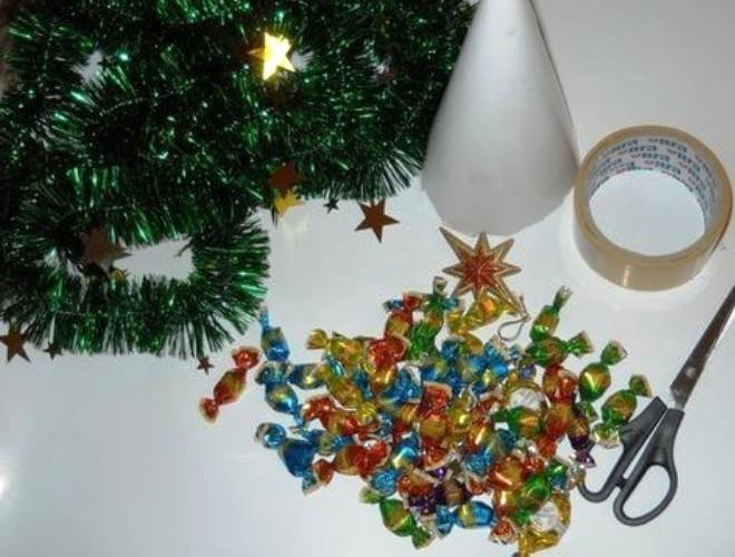 новогодние поделки из конфет10