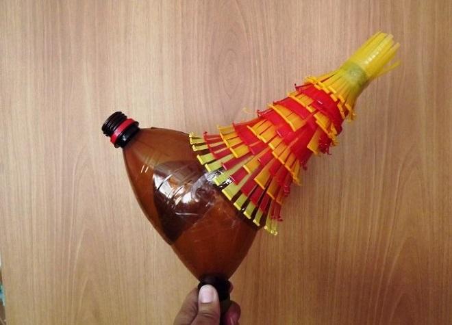 поделка петуха из пластиковых бутылок14