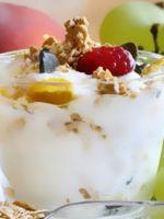 Десерт из сметаны и желатина с фруктами