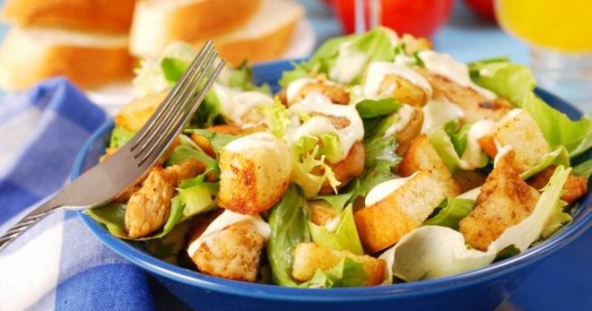 Салат Цезарь с курицей и сухариками – рецепты знаменитой закуски на любой вкус