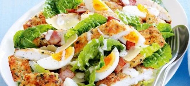 салат цезарь с курицей и беконом рецепт
