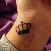 тату корона на запястье для девушек2