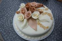 торт украшенный розами из мастики 3