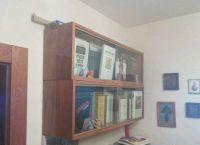 навесные книжные полки со стеклом9