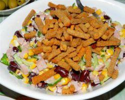 салат фасоль ветчина сухарики