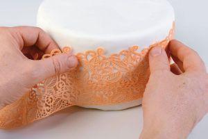 как украсить бока торта из мастики 6