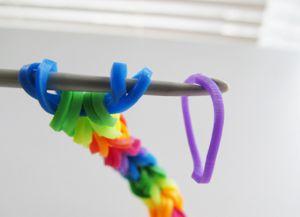 как плести браслеты из резинок крючком 12
