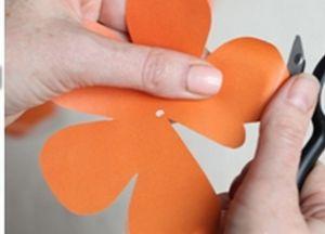 Как сделать розочку из бумаги5