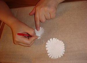 как сделать из бумаги ромашку 8
