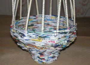 круглая корзина из газетных трубочек5