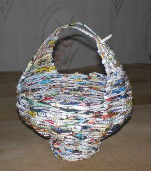 круглая корзина из газетных трубочек6