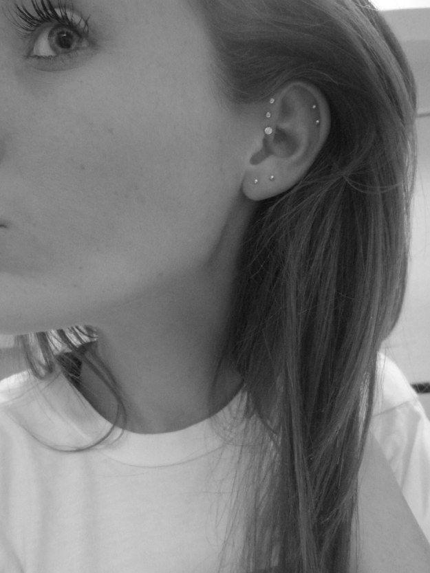 Двойной пирсинг мочки уха с двойным хеликсом и тройным анти-хеликсом