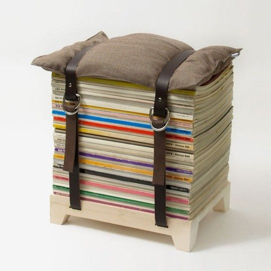 Подушка на стопке журналов
