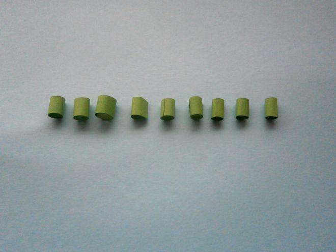 Зеленые детальки свернем в трубочки и склеим