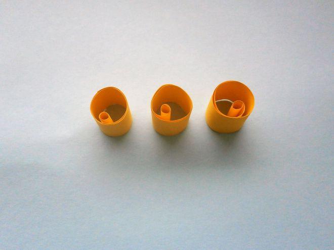 Внутренние детали туловища завернем в рулончики и склеим