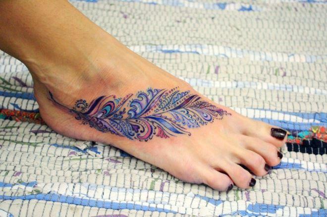 перо на ноге цветное