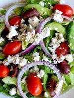 Салат с маслинами и сыром