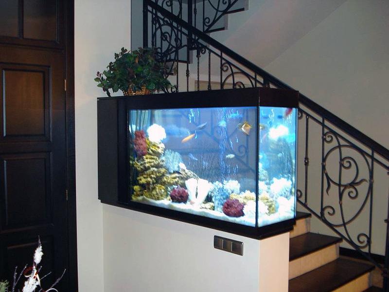 В интерьере гостиной аквариум