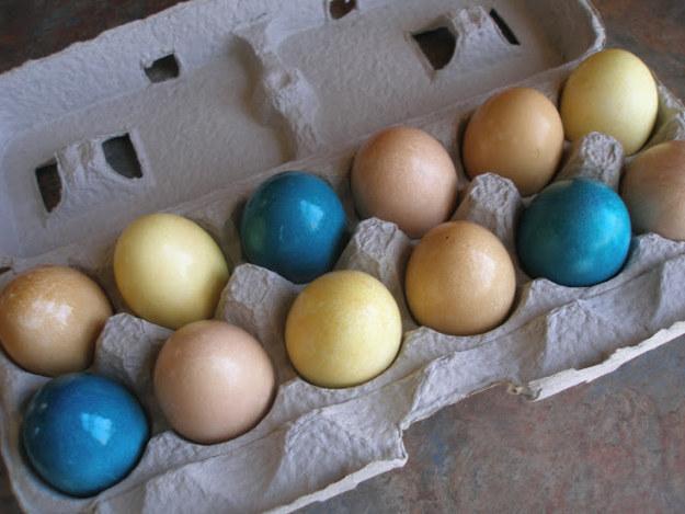 Окрасьте пасхальные яйца натуральным красителем