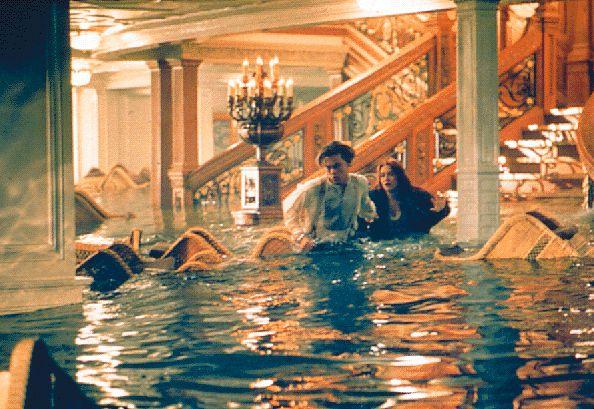 Сцена, где вода заполняет Главный Холл