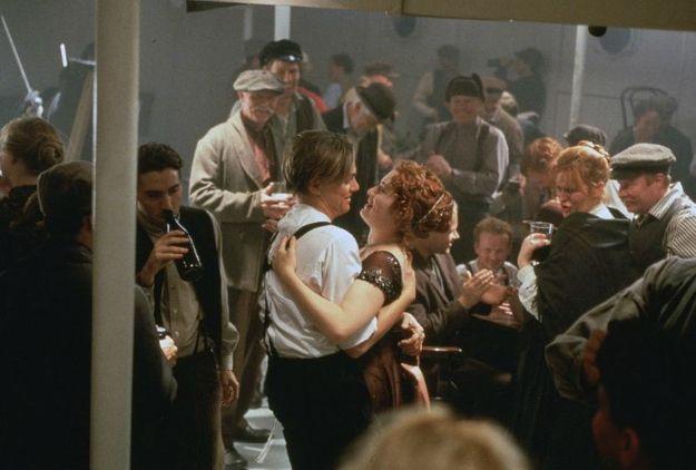 В сценах праздника на нижней палубе актеры пили