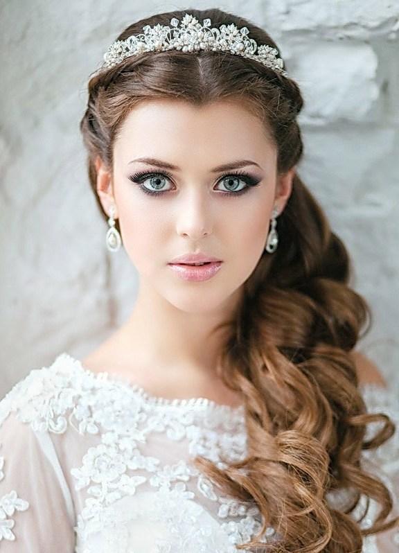 В образе невесты все должно быть продумано до мелочей, поэтому и свадебную прическу нужно подобрать заранее. Стоит хотя бы найти несколько вариантов
