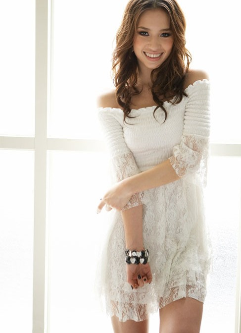 Нежное платье с открытыми плечами