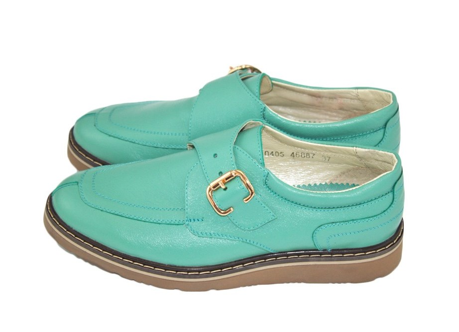 Изначально такие туфли были на низком, а то и вовсе без каблука и шились из ткани