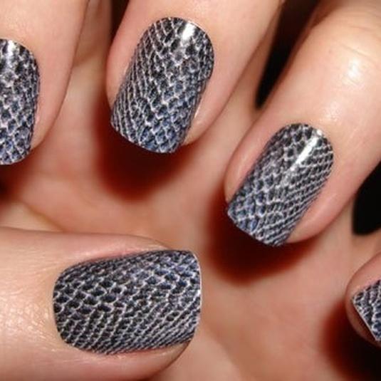 Объемный дизайн ногтей рептилия