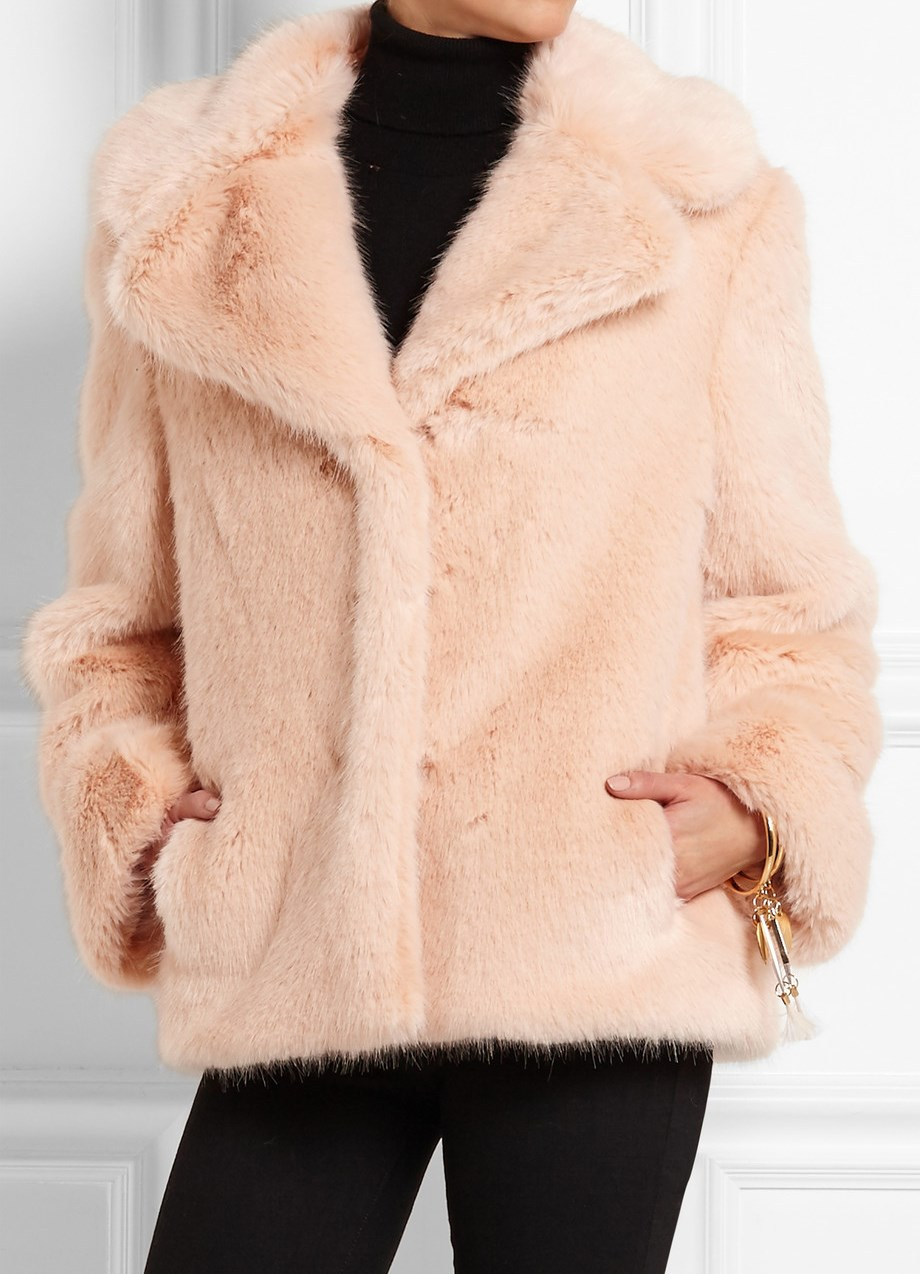 Зимняя классическая женская одежда