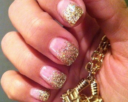 Дизайн ногтей с золотым лаком с блестками