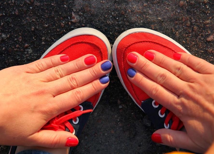 Красный педикюр и синий маникюр