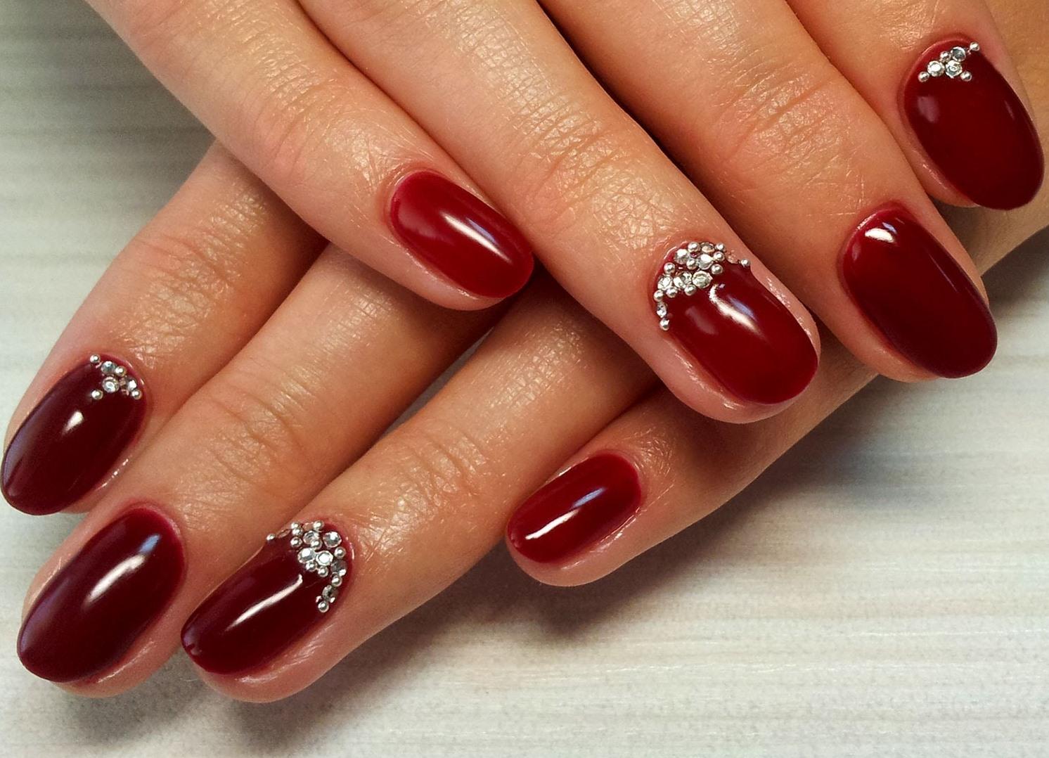 Маникюр ногти красные со стразами