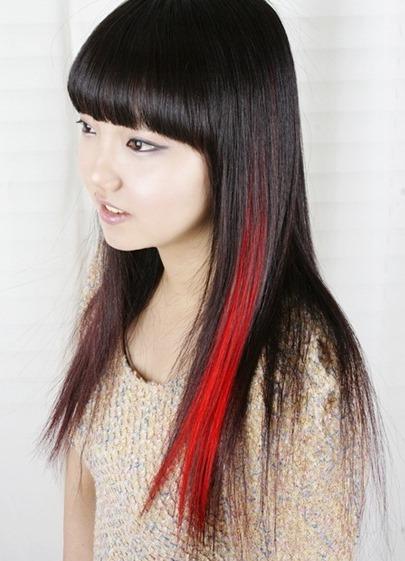 Девушка с черными волосами и красной прядью