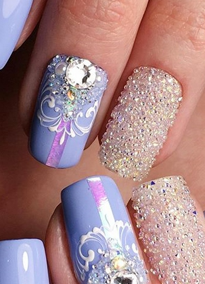 Много страз на ногтях