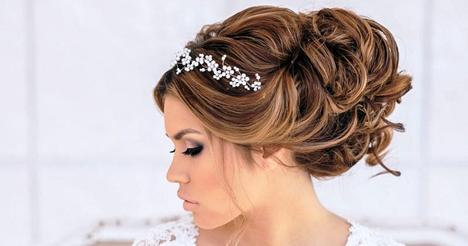 Свадебная прическа с диадемой и фатой на средние волосы