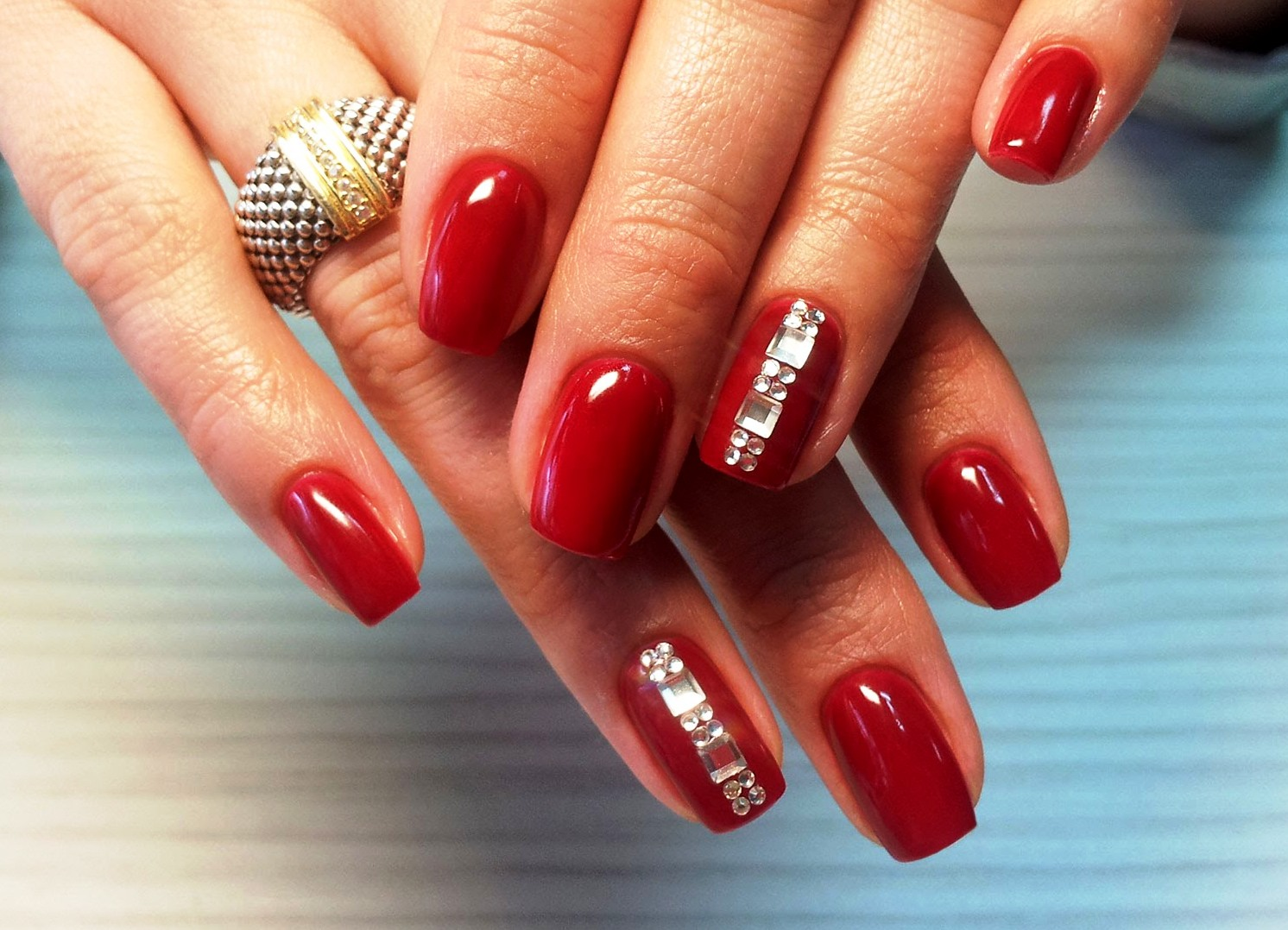 Стразы на ногтях красных