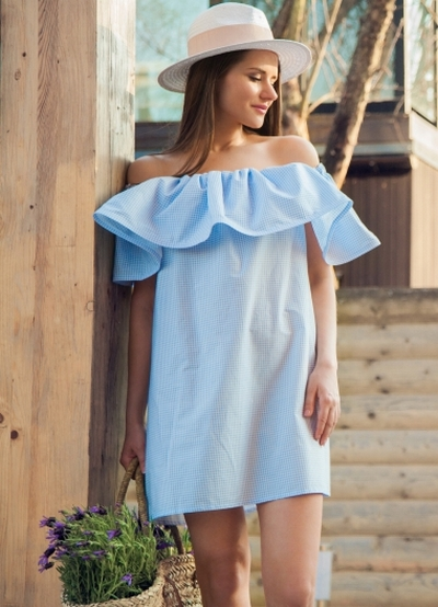 Платье в воланом на плечах