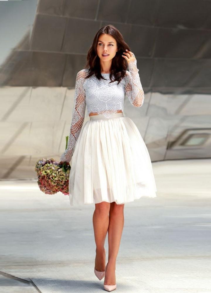 Белое платье до колена с пышной юбкой