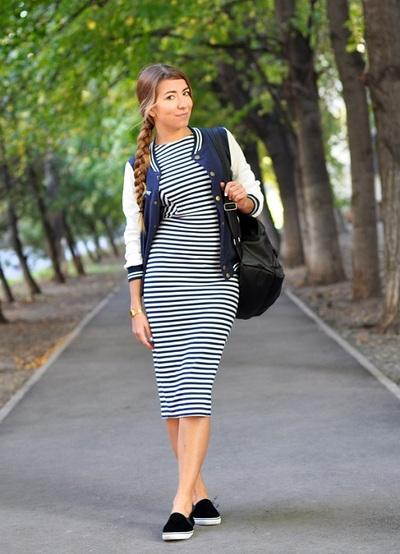 С чем носить длинные платья в полоску