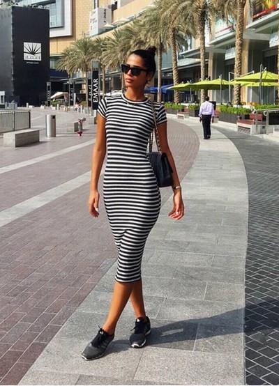 Черно белое платье с кедами фото
