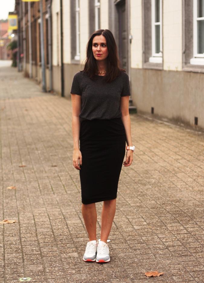 Чёрная юбка карандаш с белой майкой