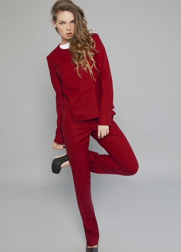 Женский красный костюм с юбкой фото