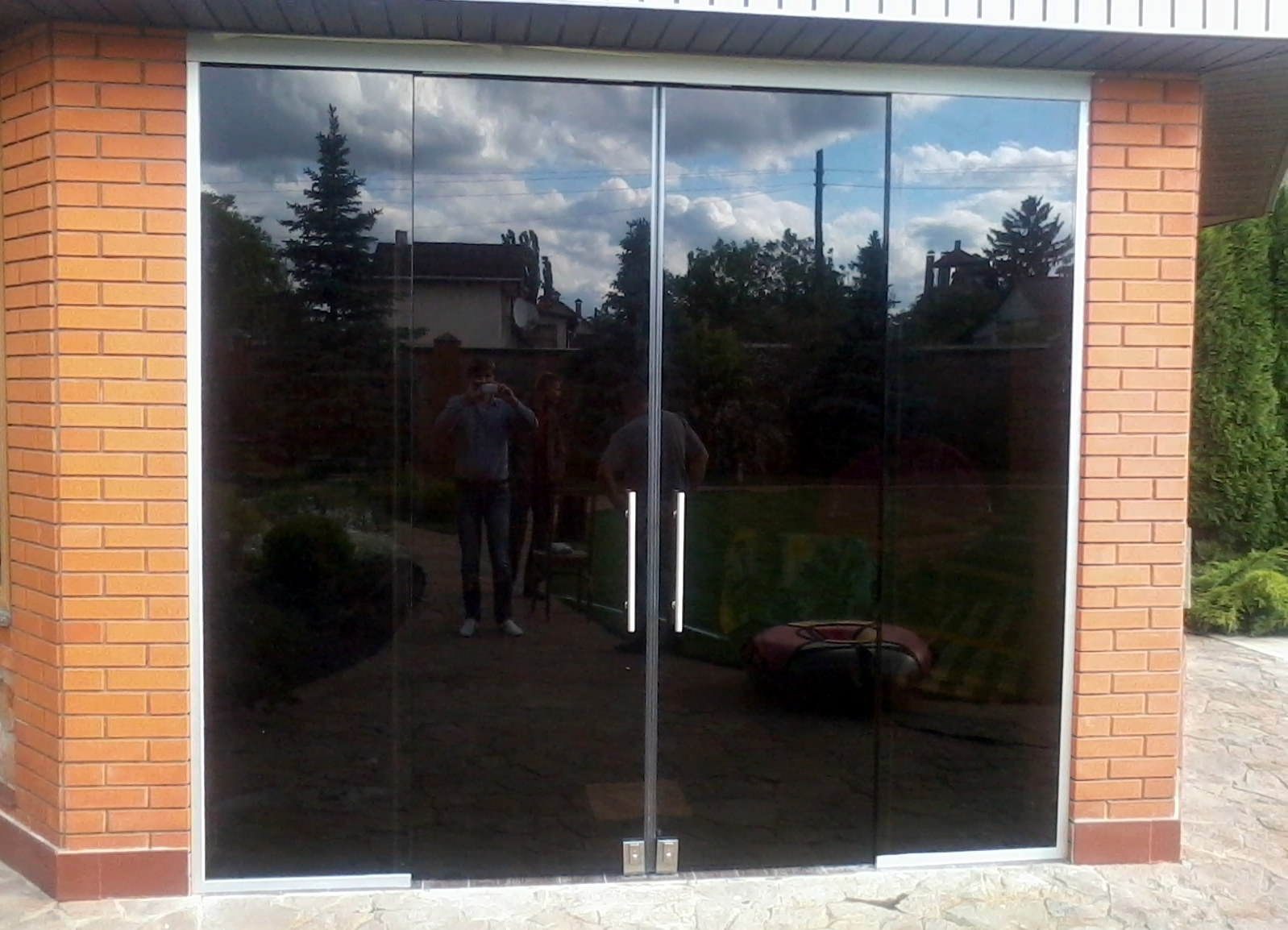 Дверь стеклянная входная установить