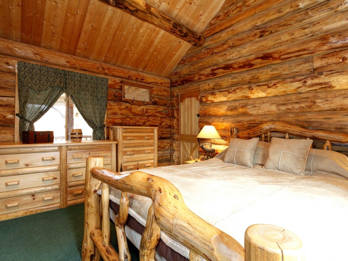 Дизайн спальни дома из сруба