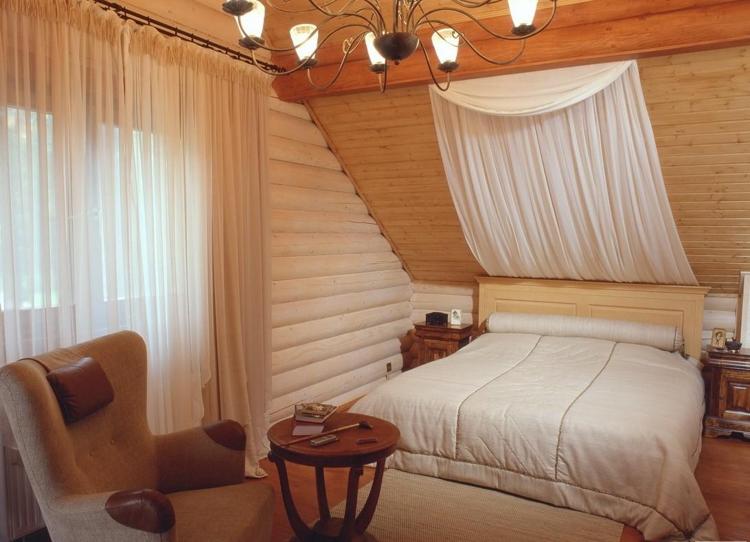 Дизайн спальни на мансарде деревянного дома