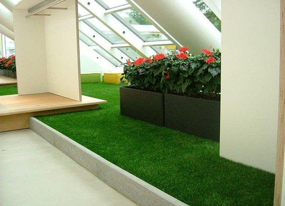 Искусственная трава для интерьера.