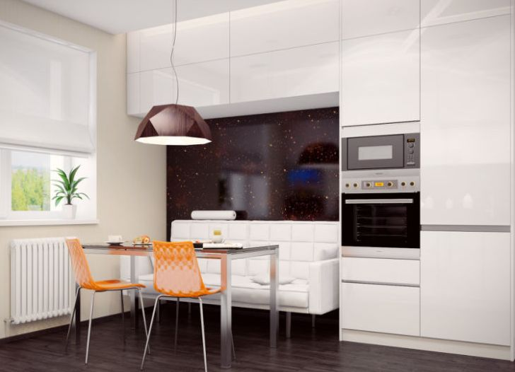 Белая кухня с диваном в интерьере фото