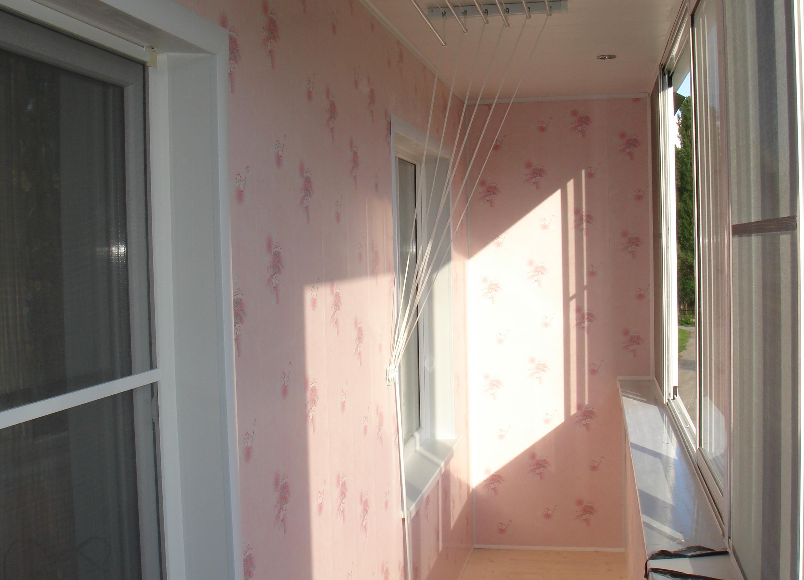 Отделка балкона пластиковыми панелями.