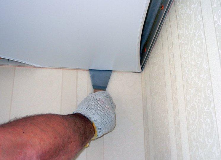 Чем заклеить натяжной потолок из пвх